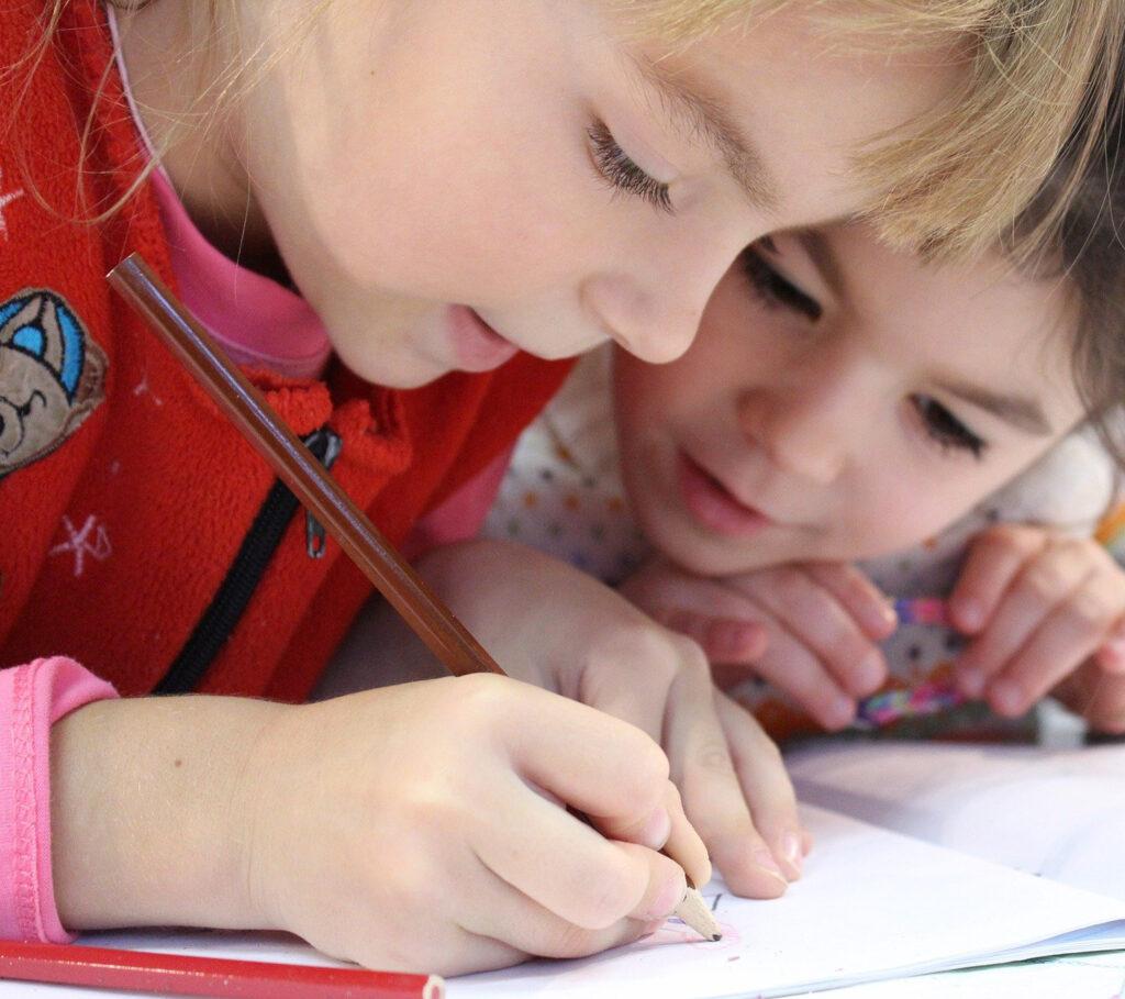 Leerlingen basisschool die bezig zijn met schoolwerk.