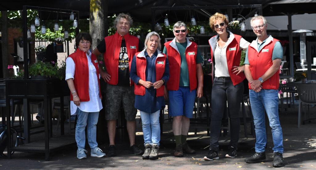 Groepsfoto na zwerfvuilactie met raadsleden en actieve leden van Progressief Wierden in juli 2021