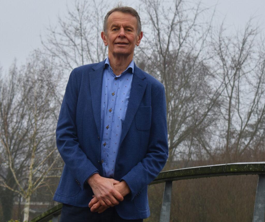 Bestuurslid Aalsen Everts van Progressief Wierden op de brug bij de Stouwevijver Wierden
