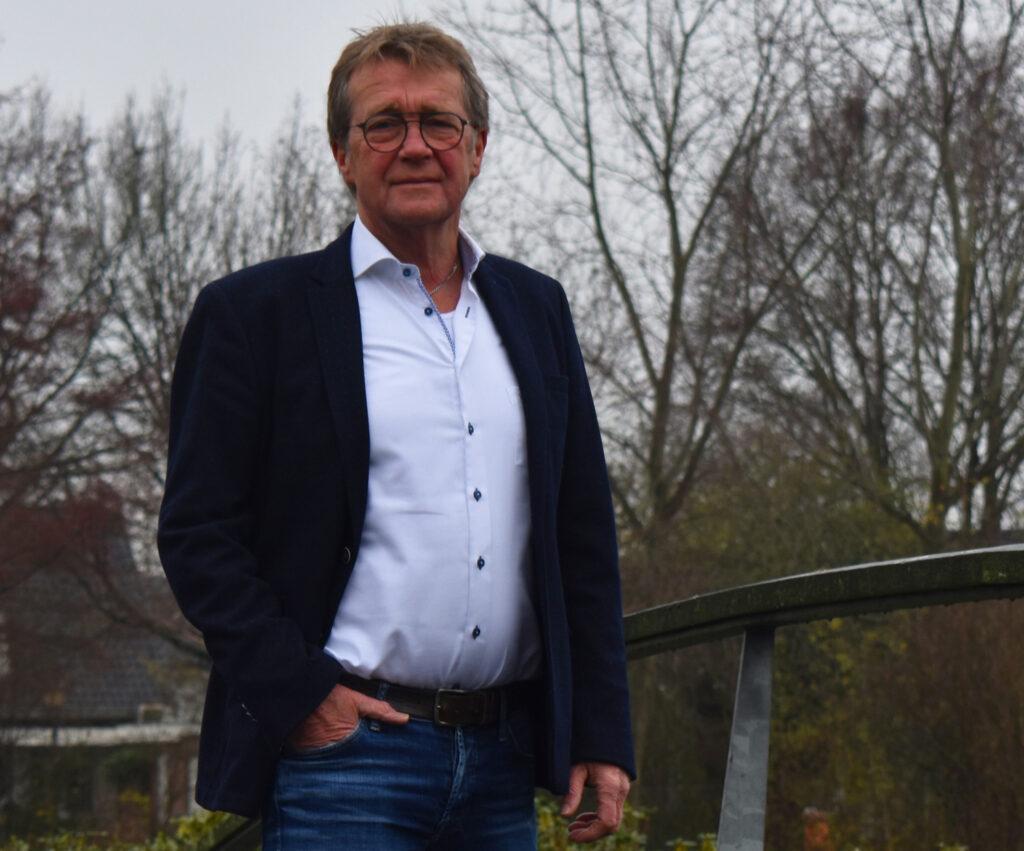 Bestuurslid Egbert Wessels van Progressief Wierden op de brug bij de Stouwevijver