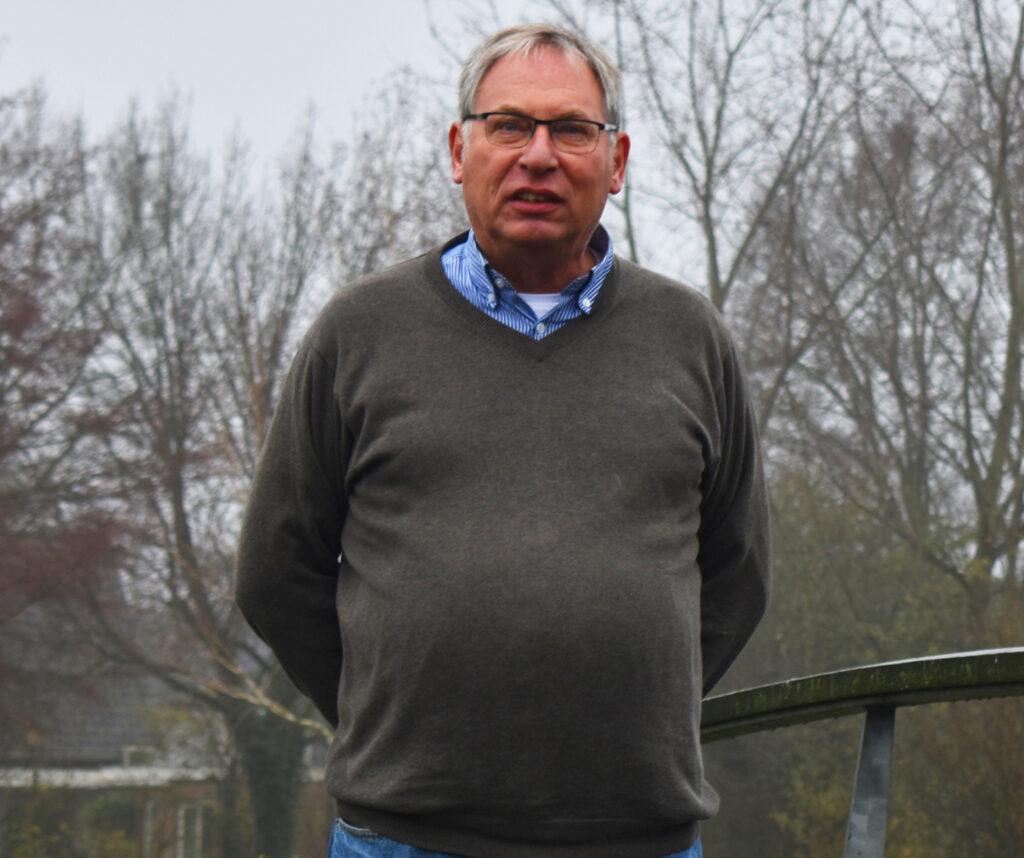 Bestuurslid Wout Oosterhof van Progressief Wierden op de brug bij de Stouwevijver Wierden