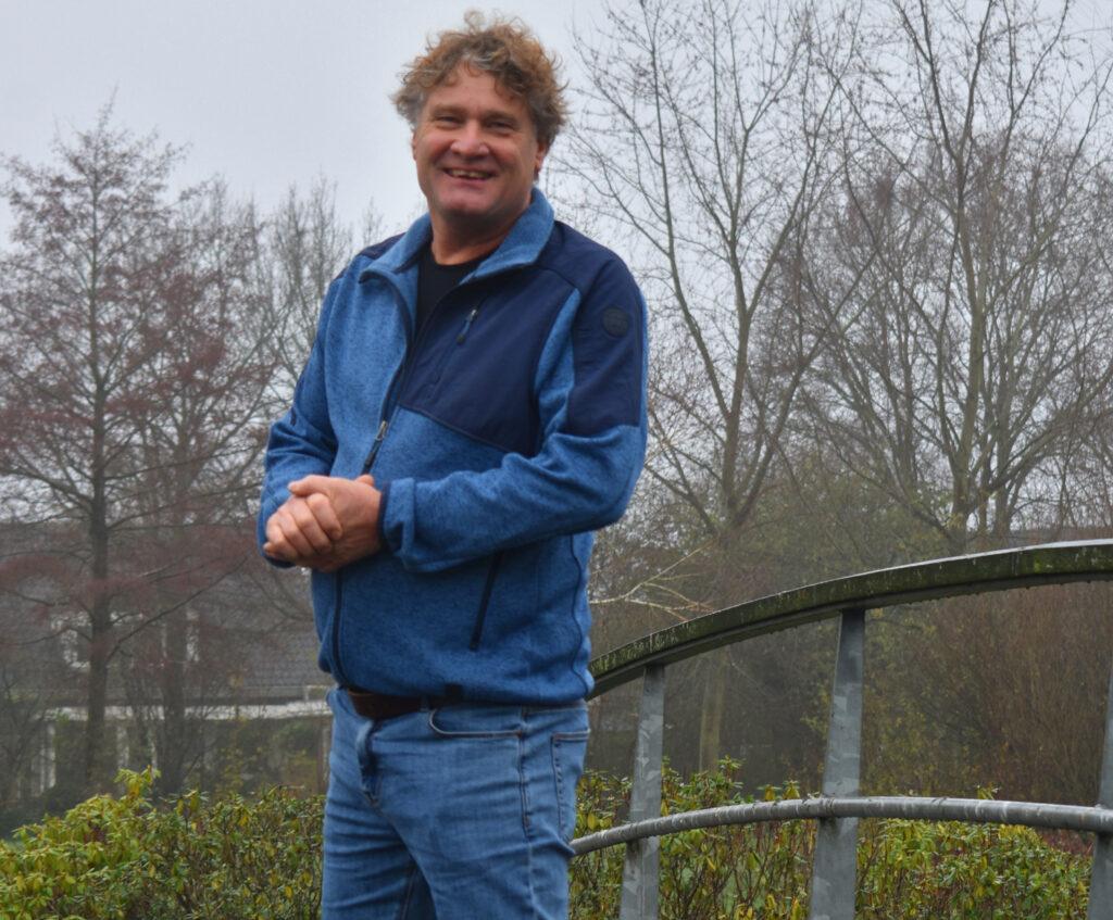 Jan Willem Bronsgeest van Progressief Wierden op de brug van Stouwevijver