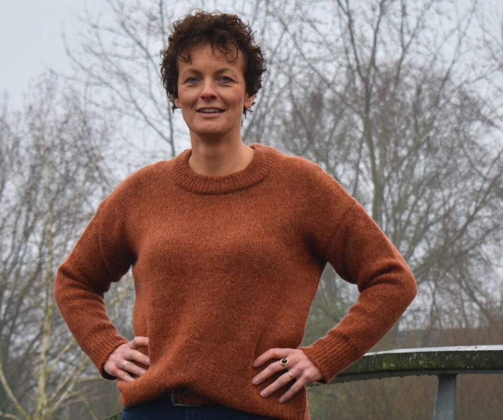 Miranda Scheffer van Progressief Wierden op de brug bij Stouwevijver