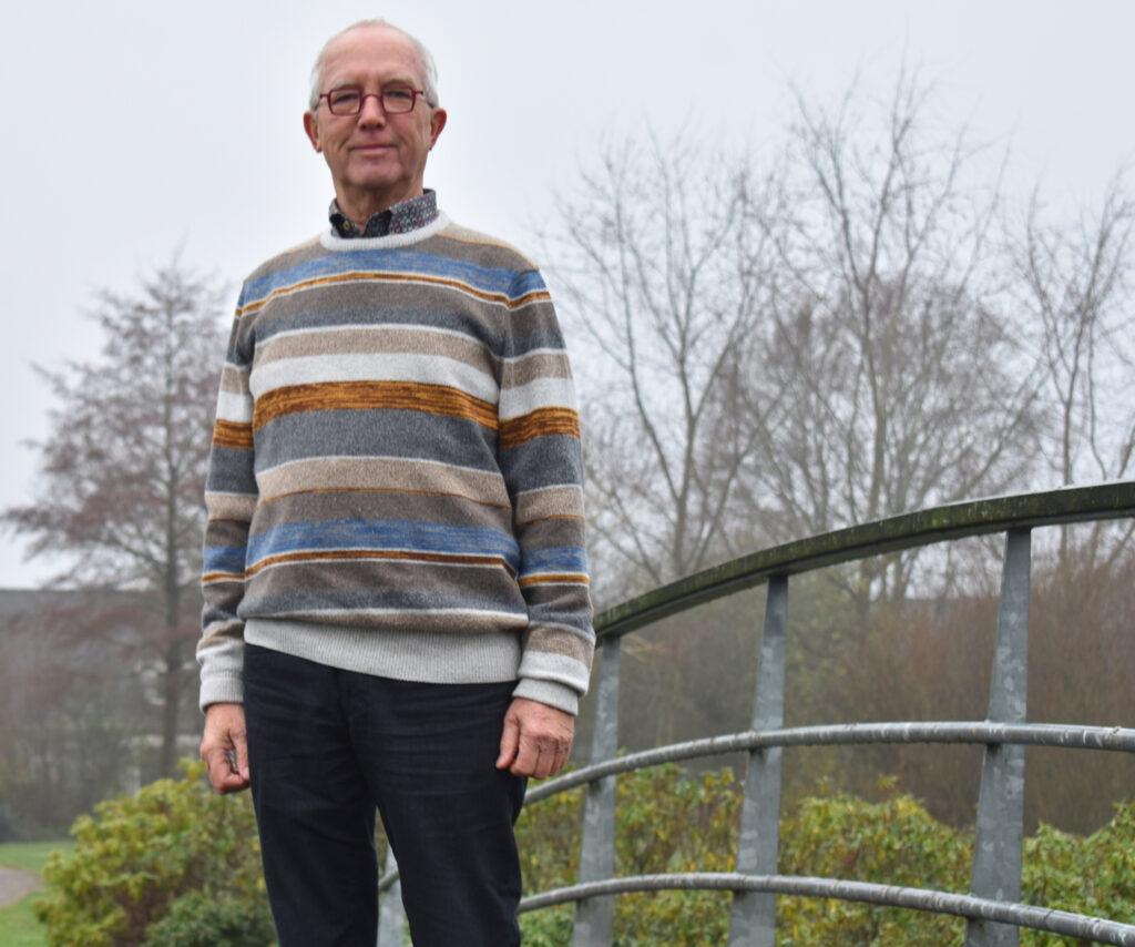 Rudi Huurneman van Progressief Wierden op de brug bij de Stouwevijver