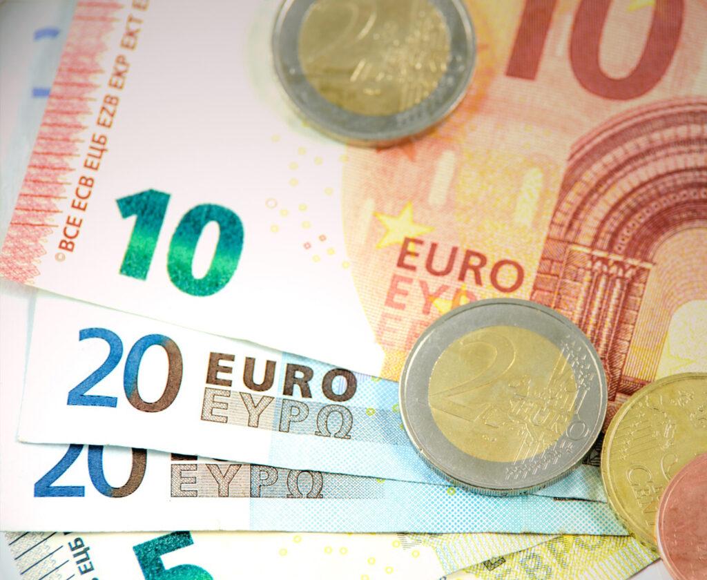 Biljetten van 10, 20 en 5 euro, muntgeld van 2 euro.